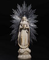 An ivory Madonna, Goa or Philippines, 1700s - altezza avorio cm 27, con argento cm 36 [...]