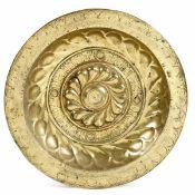 A brass plate, Germany, 1500s - diametro cm 40,5. Decoro a baccellatura e fascia con [...]