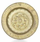 A brass plate, Germany, 1500s - diametro cm 38. Cavetto con decori a melograni [...]