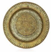 A brass plate, Germany, 1500s - diametro cm 39. Cavetto con ricche decorazioni [...]