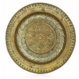 A brass plate, Germany, 1500s - diametro cm 39. Cavetto con ricche decorazioni [...]