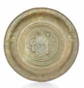 A brass plate, Germany, 1500s - diametro cm 36,5. Cavetto con raffigurazione [...]