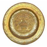 A brass plate, Germany, 1500s - diametro cm 37. Cavetto decorato con vaso, girali, [...]