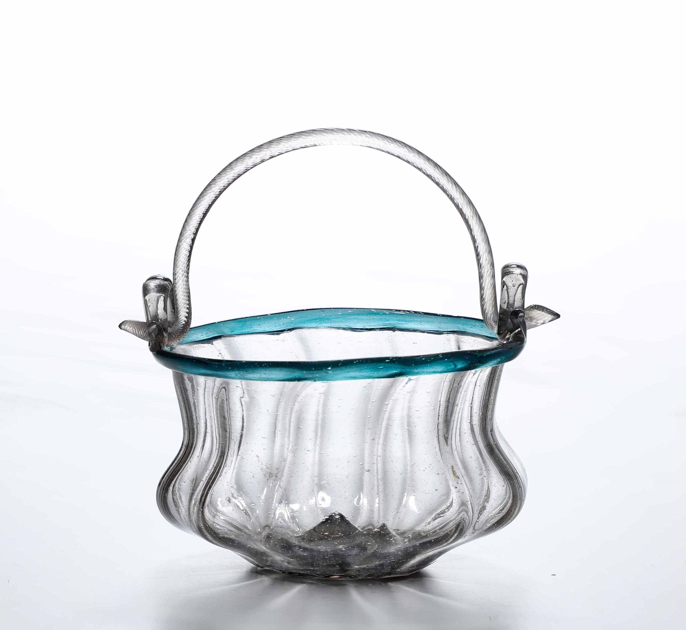 A blown glass bucket, Venice, 1700s - cm 7x11 Corpo globulare schiacciato con [...]