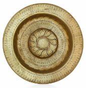 A brass plate, Germany, 1500s - diametro cm 49. Cavetto con decoro a baccellatura [...]