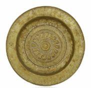 A brass plate, Germany, 1500s - diametro cm 42. Cavetto con decoro a baccellatura [...]