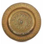 A brass plate, Germany, 1500s - diametro cm 31,7. Cavetto con decoro a baccellatura [...]