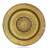 A brass plate, Germany, 1500s - diametro cm 50. Cavetto con decoro a baccellatura [...]