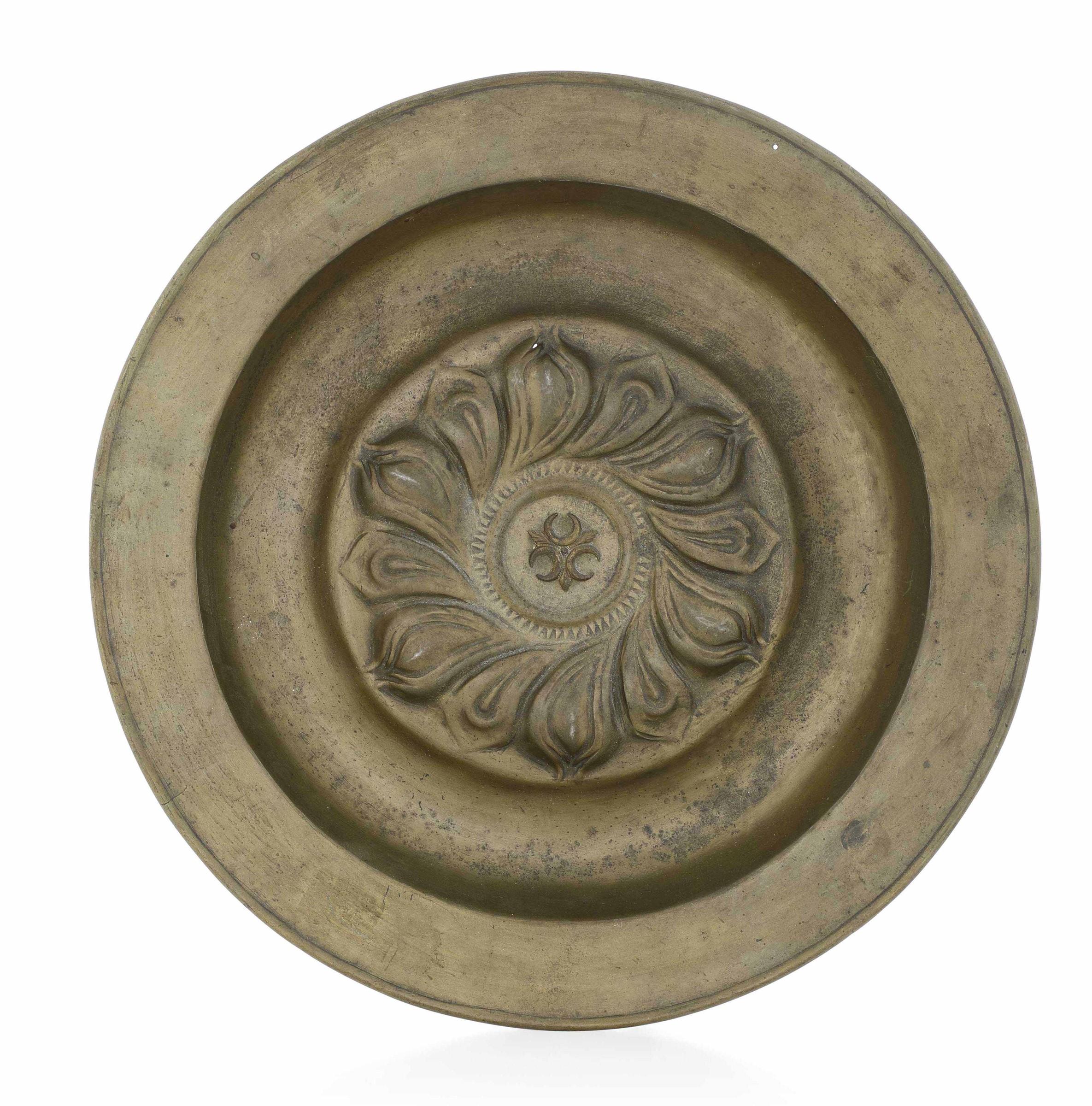 A brass plate, Italian prod. Central Europe, 1500s - diametro cm 39,5. Al centro del [...]