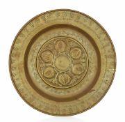 A brass plate, Germany, 1500s - diametro cm 35,3. Cavetto con decorazione a melograni -