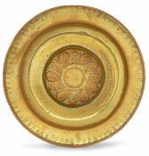 A brass plate, Germany, 1500s - diametro cm 43,5. Cavetto con decoro a baccellatura -