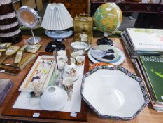 A MIXED LOT TO INCLUDE; A ESTYMA QUARTZ BRASS CARRIAGE TYPE MANTEL CLOCK, A SMALL GLOBE AND