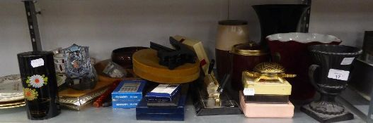 MIXED LOT TO INCLUDE; A WEDGWOOD URN SHAPED VASE, RACK PLATES, DESK ITEMS, PLAYING CARDS, TABLE