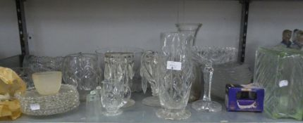 A GOOD SELECTION OF CUT AND MOULDED GLASSWARES TO INCLUDE; A BOAT SHAPED BOWL, OTHER BOWLS, A PAIR