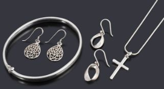 A collection of silver jewellery to include
