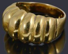 An Italian gold scalloped head ring,