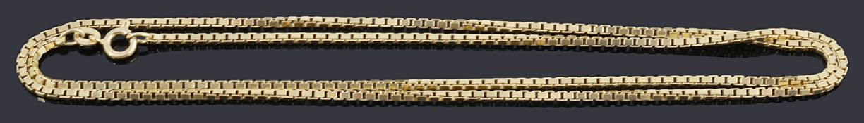 An Italian 18ct gold box link chain
