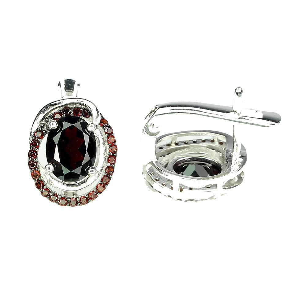 Lot 14 - A pair of 925 silver earrings set with garnets, L. 1.2cm.