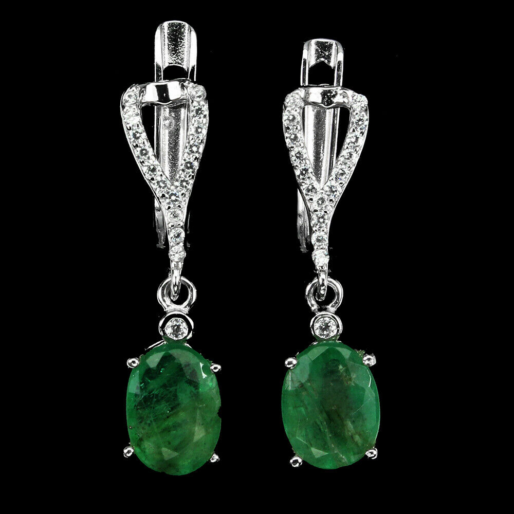 Lot 47 - A pair of 925 silver drop earrings set with oval cut emeralds, L. 2.3cm.