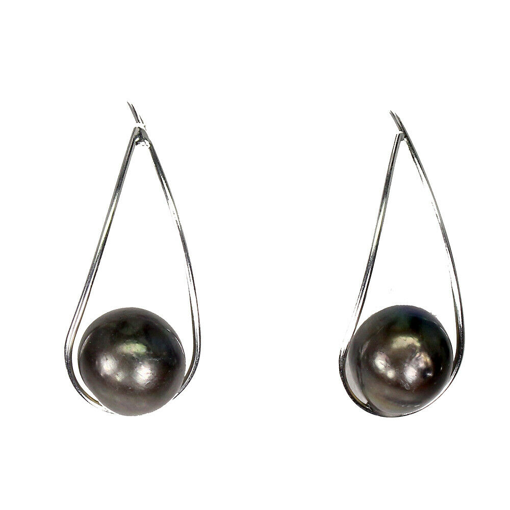 Lot 51 - A pair of 925 silver drop earrings set with black pearls, L. 3.2cm.
