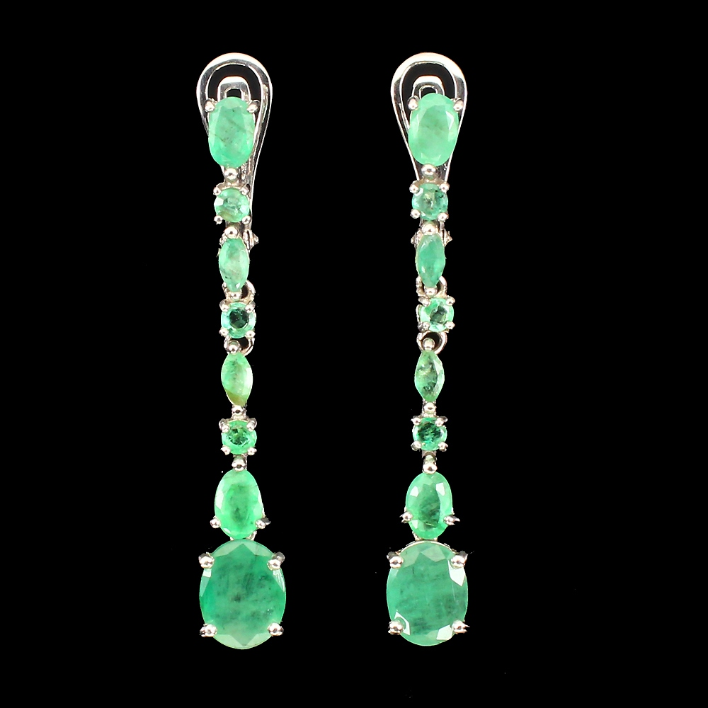 Lot 4 - A pair of 925 silver drop earrings set with oval cut emeralds, L. 5cm.