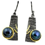 A pair of 925 silver gilt drop earrings set with black pearls, L. 3.5cm.