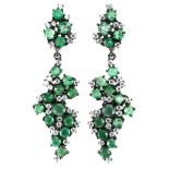 A pair of 925 silver emerald and white stone set drop earrings, L. 4.5cm.