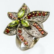 A 925 silver gilt ring set with peridots and spessartine garnets, (N.5).
