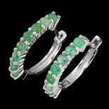 A pair of 925 silver emerald set hoop earrings, L. 1.7cm.