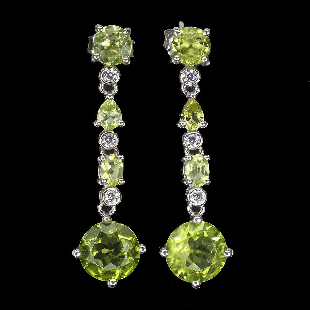 A pair of 925 silver drop earrings set with peridots and white stones, L. 3.2cm.