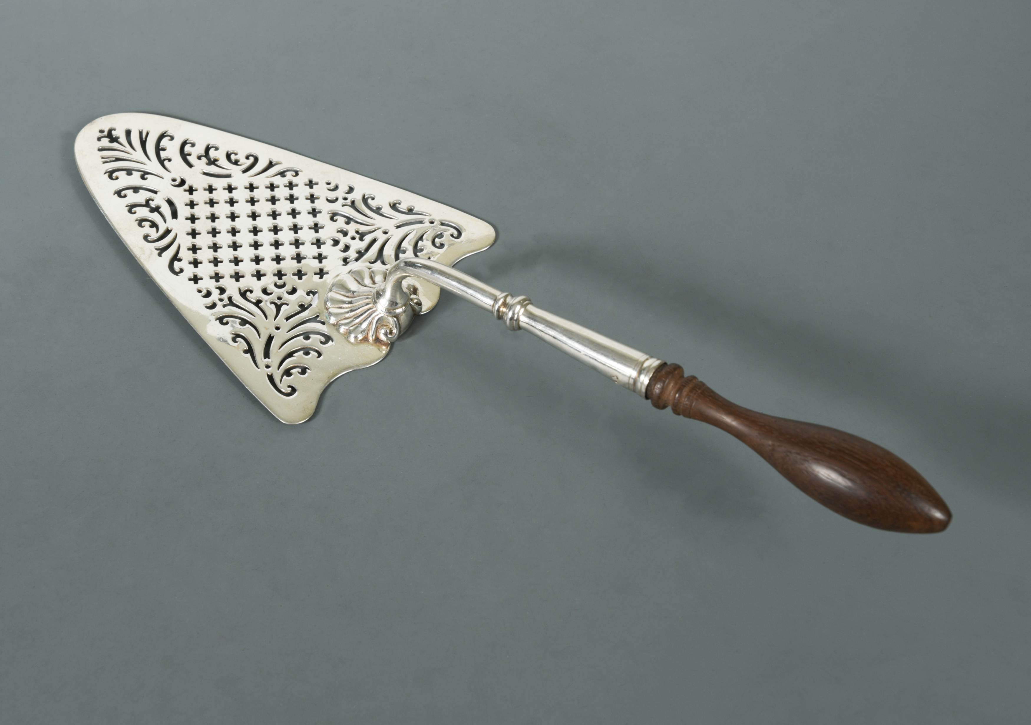A George II silver serving trowel,