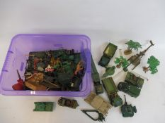 A tray of plastic military accessories, field guns etc, various makers (all overpainted).