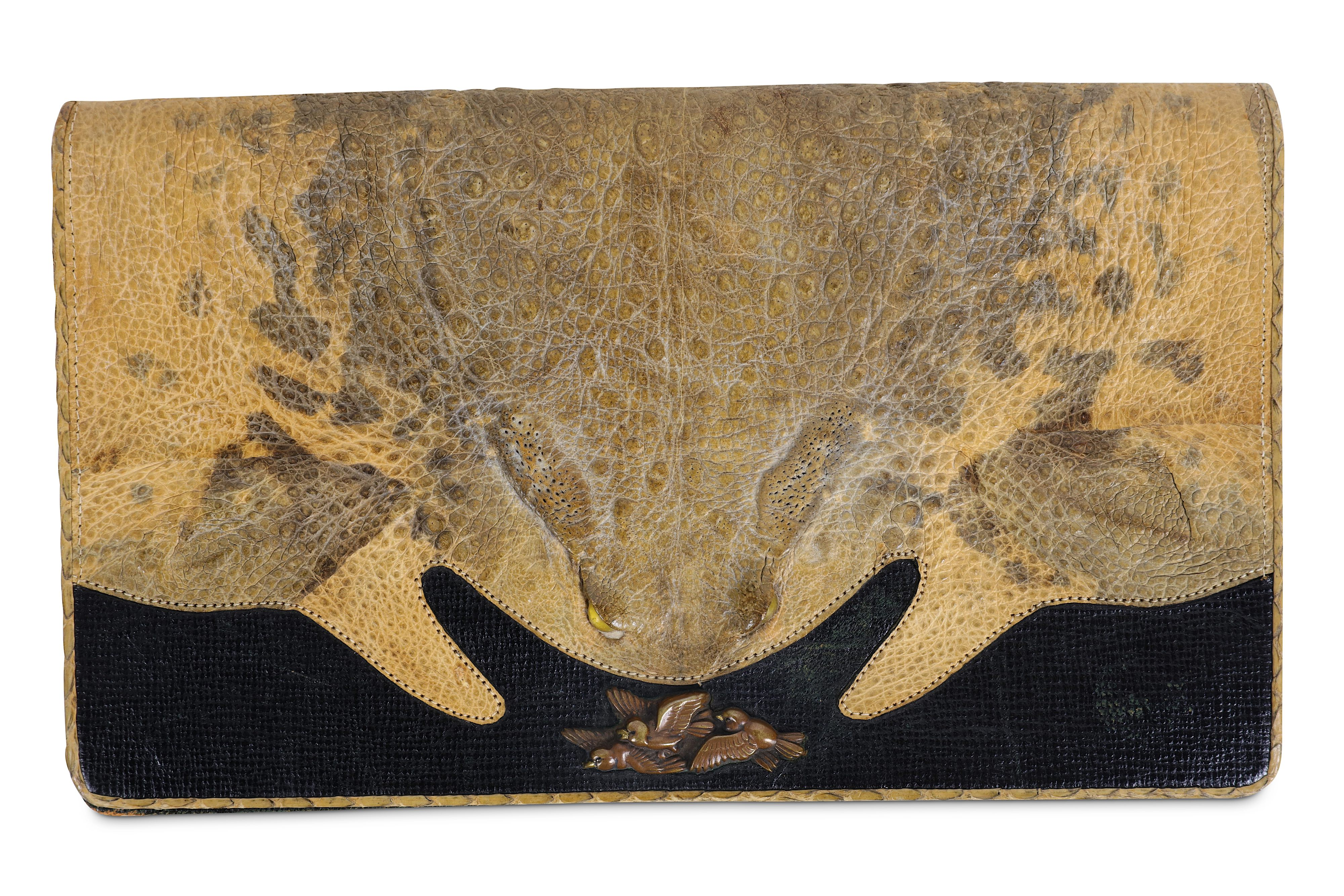 Lot 24 - A 1930'S JAPANESE PURSE FORMED FROM A CANE TOAD
