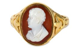 A GOLD-MOUNTED HARDSTONE CAMEO RING WITH LORD BYRON'S BUST