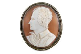 A CARVED SHELL CAMEO BROOCH OF LORD BYRON