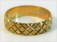 A 9ct gold band 2.1g size M/N