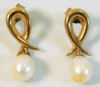 A pair of 9ct gold earrings with cultured pearls 2