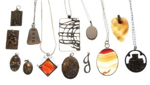 Assorted silver and white metal jewellery to include; agate pendant with belcher-link chain, Iona