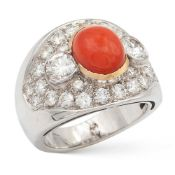 18kt white and yellow gold, coral and diamond ring weight 14,9 gr.