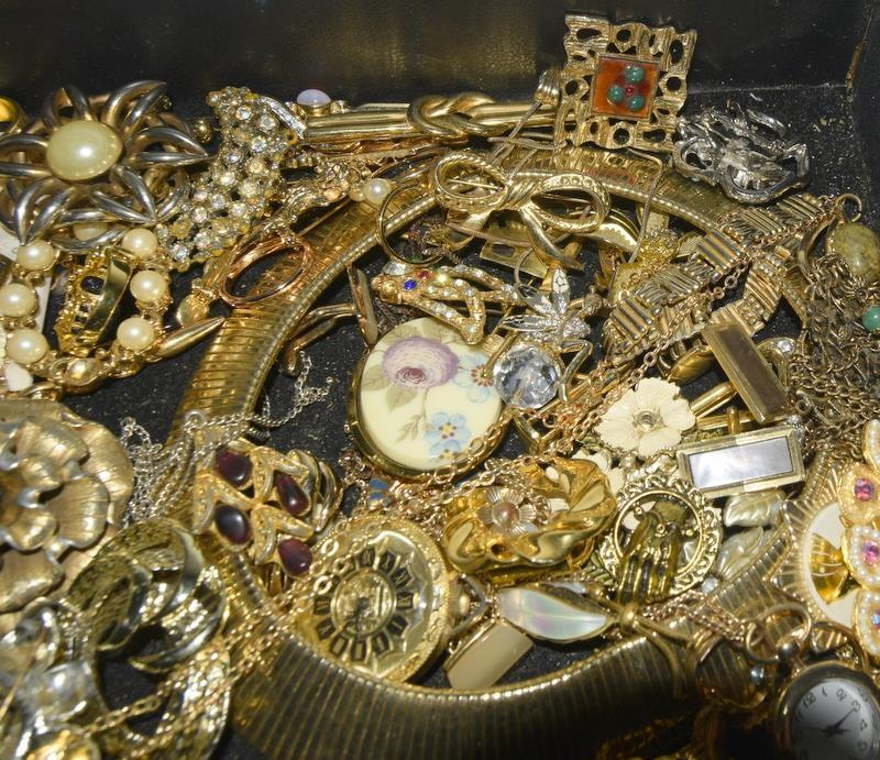 Carton of mixed Vintage jewellery. - Image 3 of 3