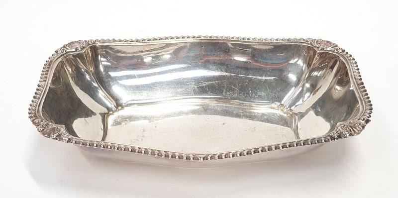 A large silver oblong serving dish. 360gm, 30x20x5cm.