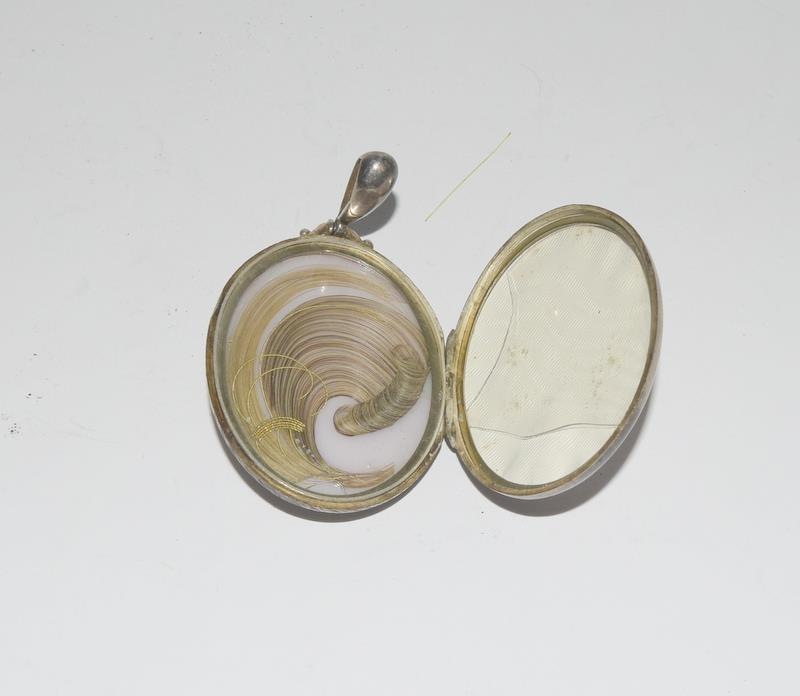Silver locket, cross and filigree jockey helmet. 55 grams. - Image 4 of 5