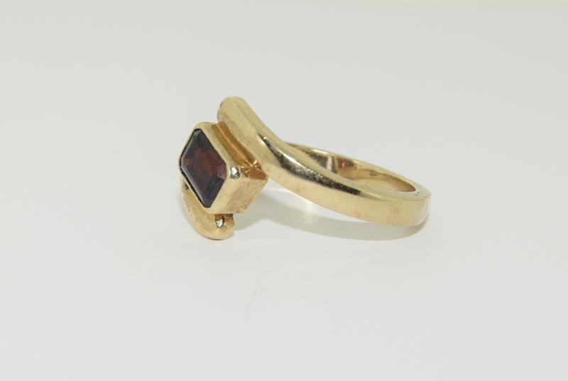 9ct Gold Garnet Twist Ring. - Image 4 of 5