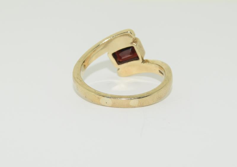 9ct Gold Garnet Twist Ring. - Image 3 of 5