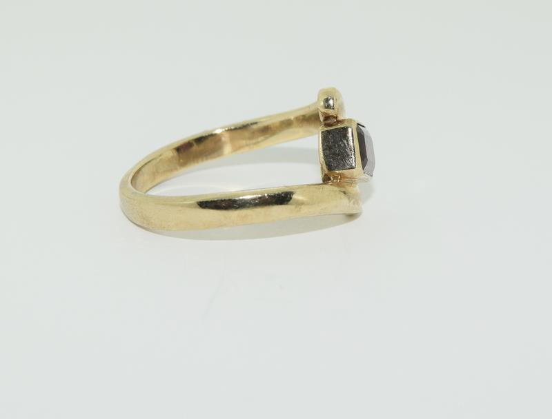 9ct Gold Garnet Twist Ring. - Image 2 of 5
