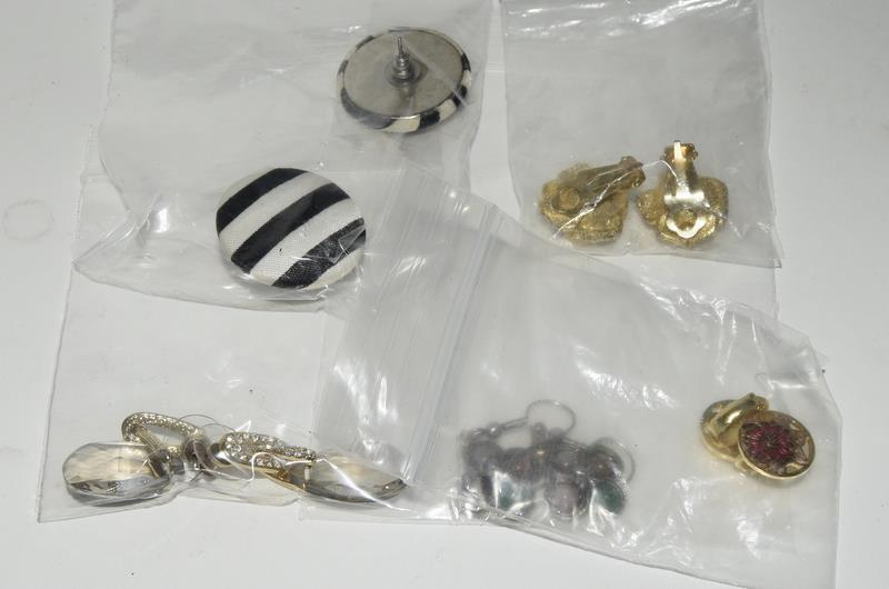 70 pairs of Vintage clip and pierced earrings. - Image 4 of 4