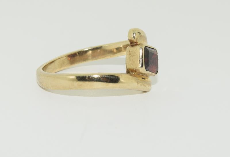 9ct Gold Garnet Twist Ring. - Image 5 of 5