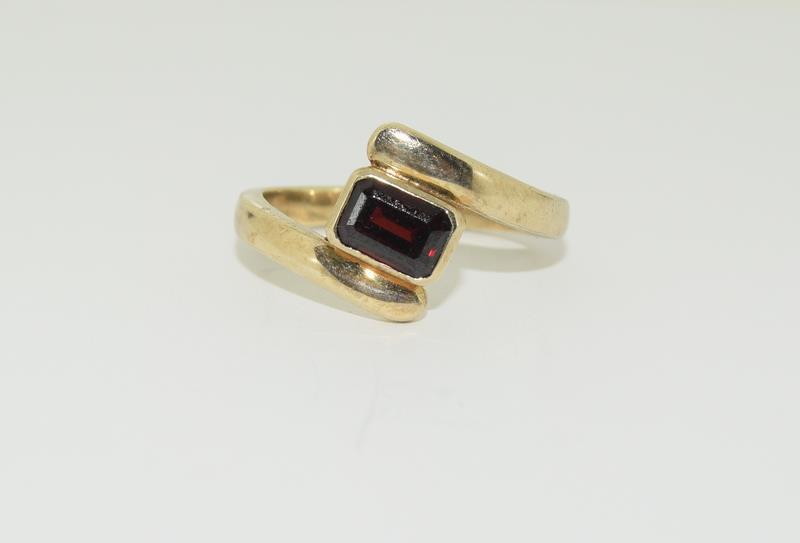 9ct Gold Garnet Twist Ring.