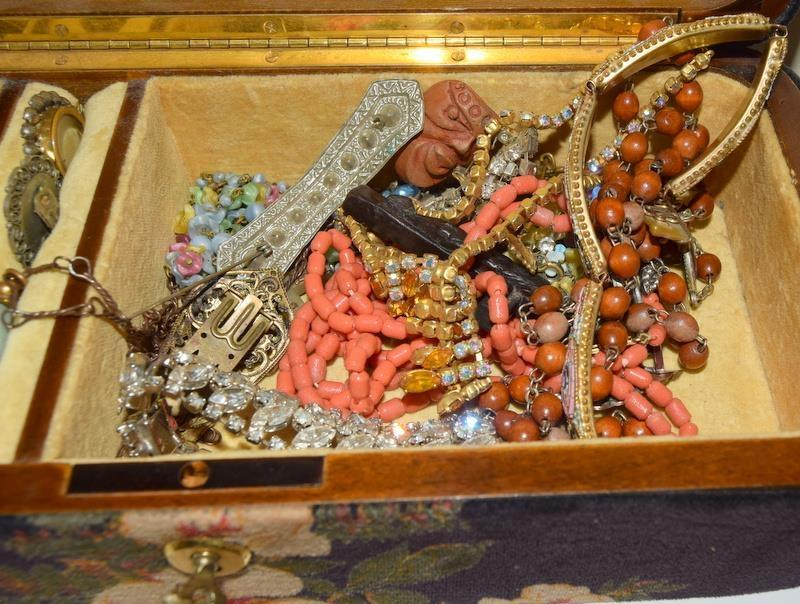 Jewellery box with Key contains 1910/20s Costume jewellery. - Image 2 of 3