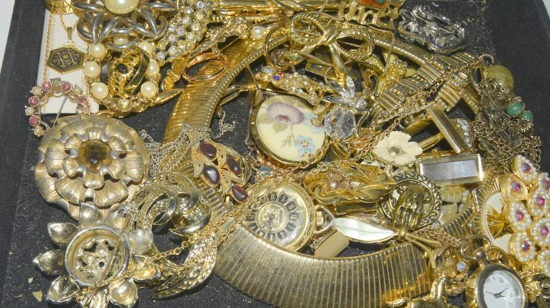 Carton of mixed Vintage jewellery. - Image 2 of 3